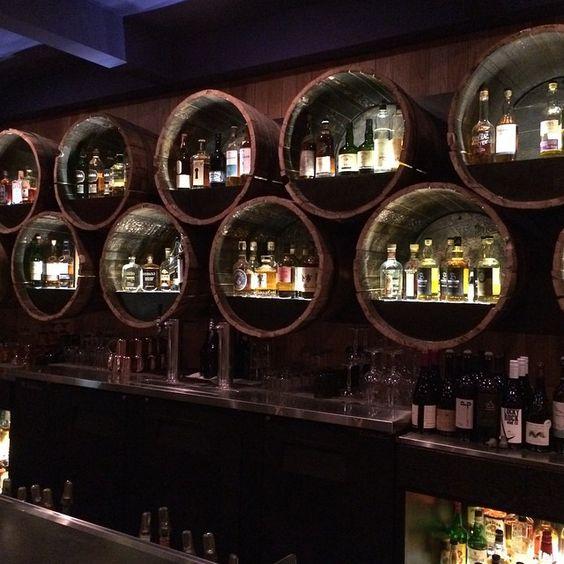 đi bar - sự hiện diện của những thùng rượu gỗ sồi trong quầy - elle man