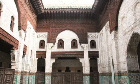 Chạm trổ tinh xảo khắp tường, cánh cửa ở trường đại học Hồi giáo