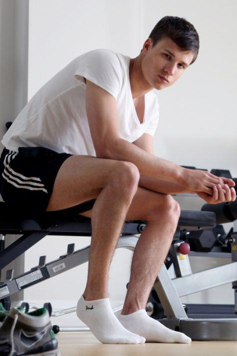 Lý do vì sao quý ông sành điệu không nên mang tất trắng: Tập gym