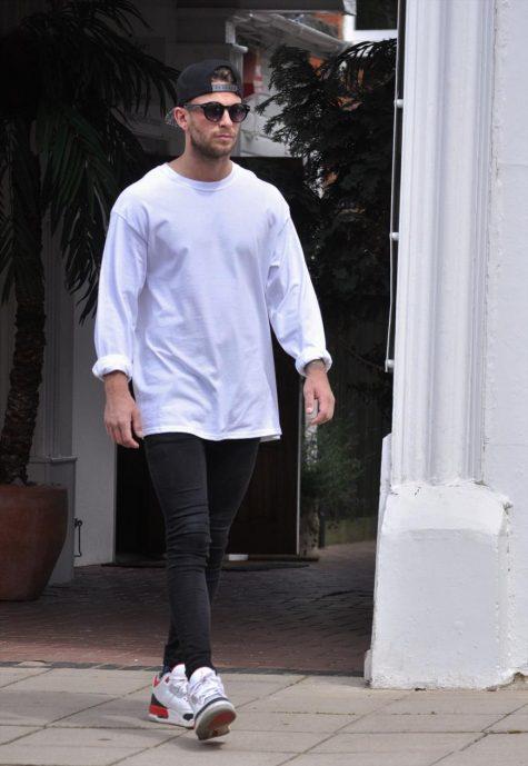 """Những kiểu áo thun trắng """"kinh điển"""" cần có trong tủ đồ 143"""
