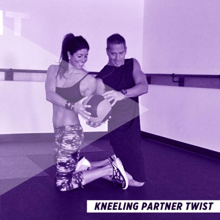 bài tập thể dục cho cặp đôi - xoay hông - elle man