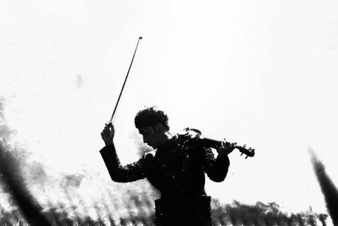 """Hoàng Rob được công chúng biết đến từ dự án """"Tự nguyện"""" - chuỗi MV kết hợp hoà tấu violin hiện đại, cover những ca khúc quen thuộc (Tự nguyện, Say You Do...), trên nền các thắng cảnh nổi tiếng của miền Trung (Sơn Đoòng, Huế...)"""