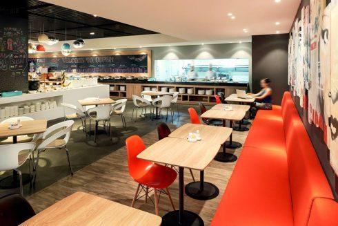 Oopen, nhà hàng hoạt động cả ngày của khách sạn, phục vụ các món ăn quốc tế mang phong vị địa phương, cùng với tiệc buffet và bữa ăn gọi theo món.