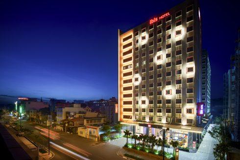 Là thương hiệu mang tính biểu tượng trong số các khách sạn phổ thông, ibis cung cấp dịch vụ và tiện nghi tuyệt vời nhất với giá trị tốt nhất trong phân khúc này.