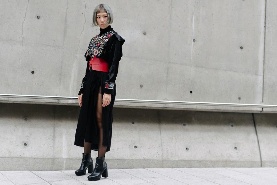 Cô nàng khá tự tin diện set đồ khá ấn tượng, cô cũng là gương mặt quen thuộc tại Seoul.