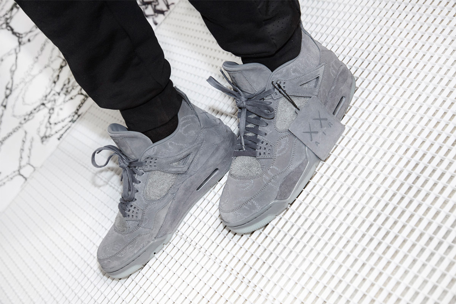 giay the thao - KAWS x Air Jordan IV - elle man 1