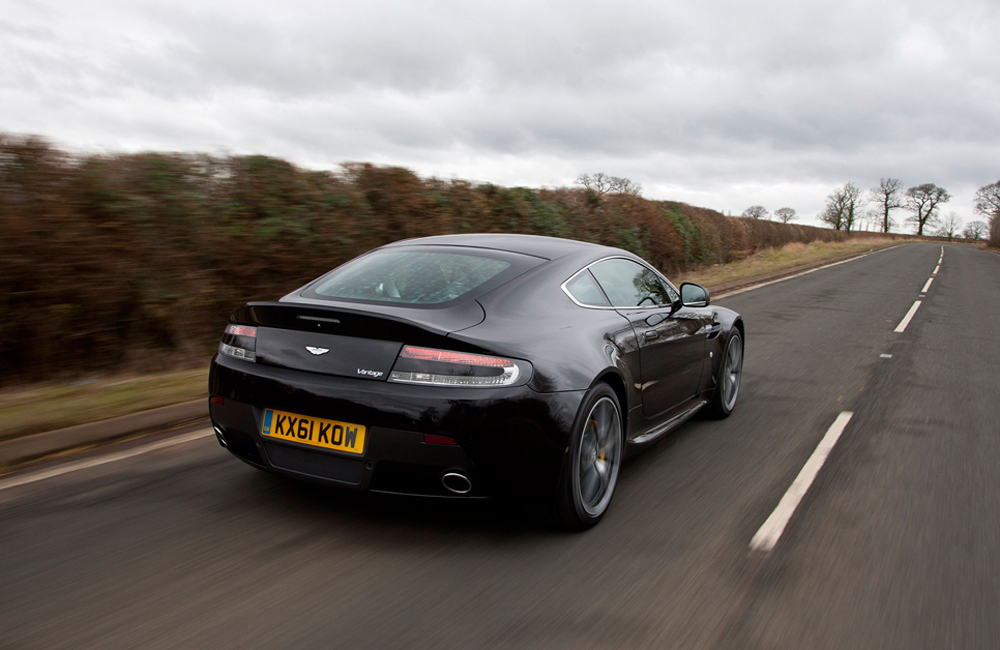 xe hoi dep - Aston Martin V8 Vantage - elle man 2
