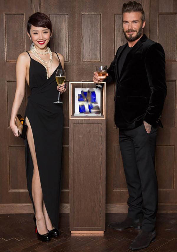 Hình ảnh cô và cầu thủ David Beckham trong một sự kiện quảng bá.