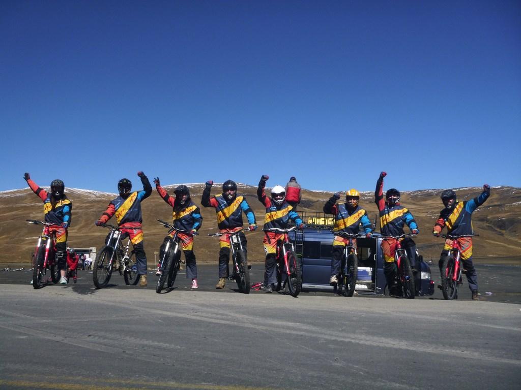 Một nhóm xe đạp địa hình trải nghiêm trên cung đường North Yugas