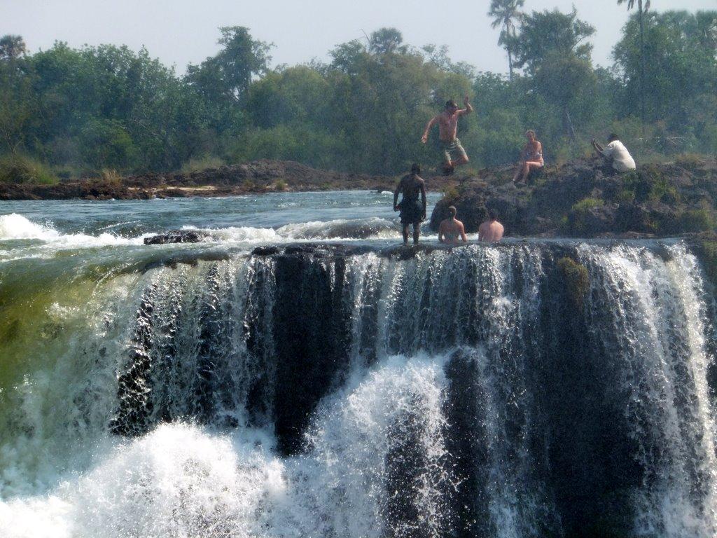 Khoảnh khắc nhảy xuống Hồ Qủy từ thác Victoria