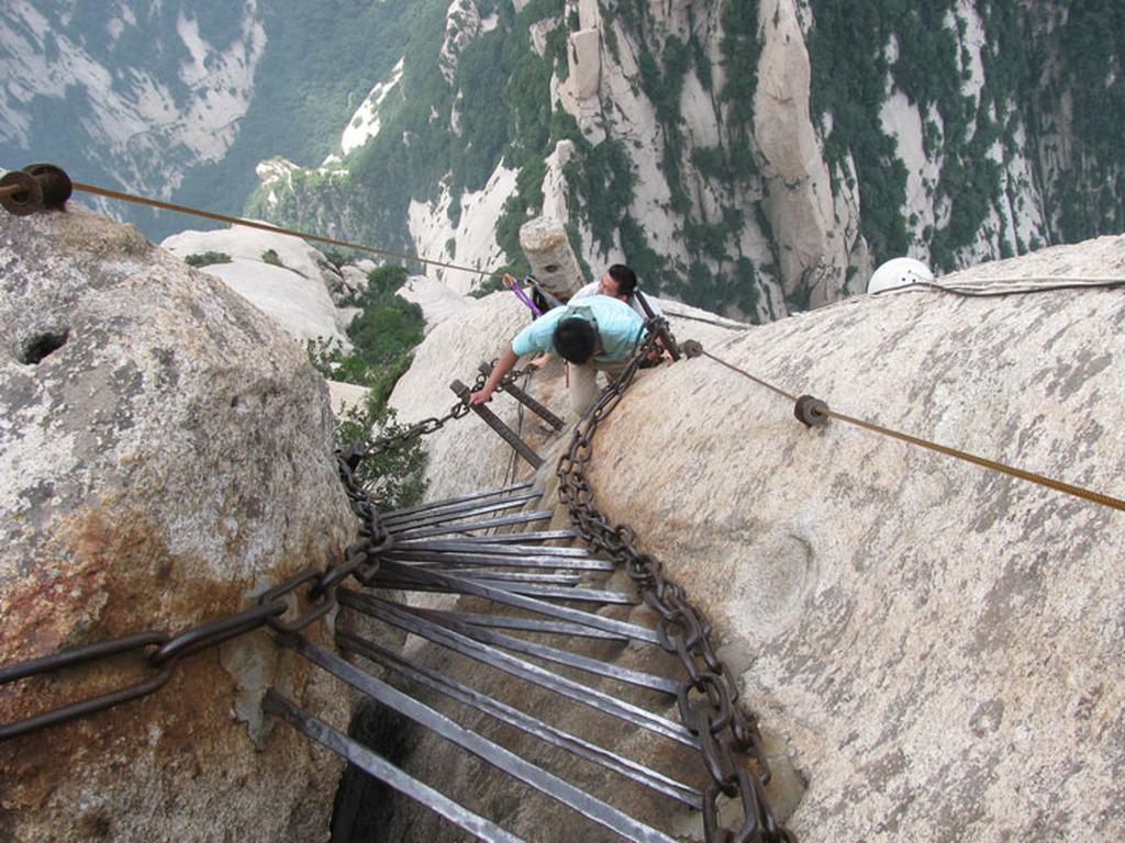 Một góc cầu thang sắt dẫn lên núi.
