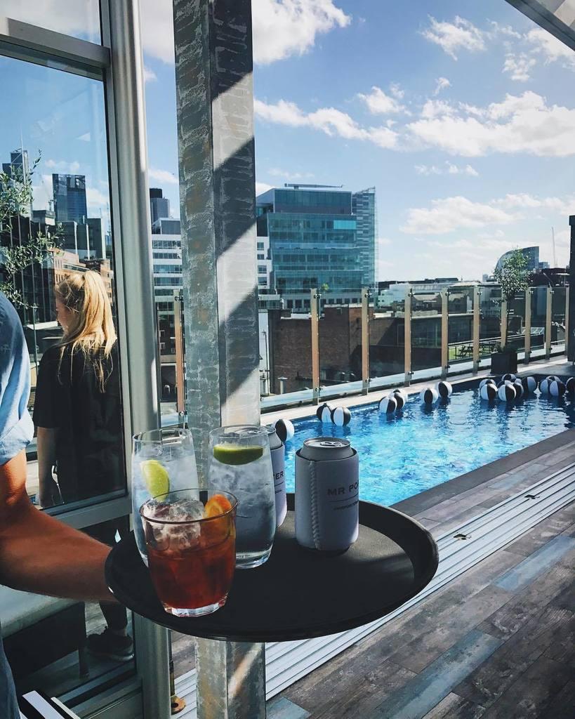 Bể bơi ngoài trời, cocktails, bóng, ảnh instax, máy game arcade và nhạc sống xua tan thời tiết u ám London