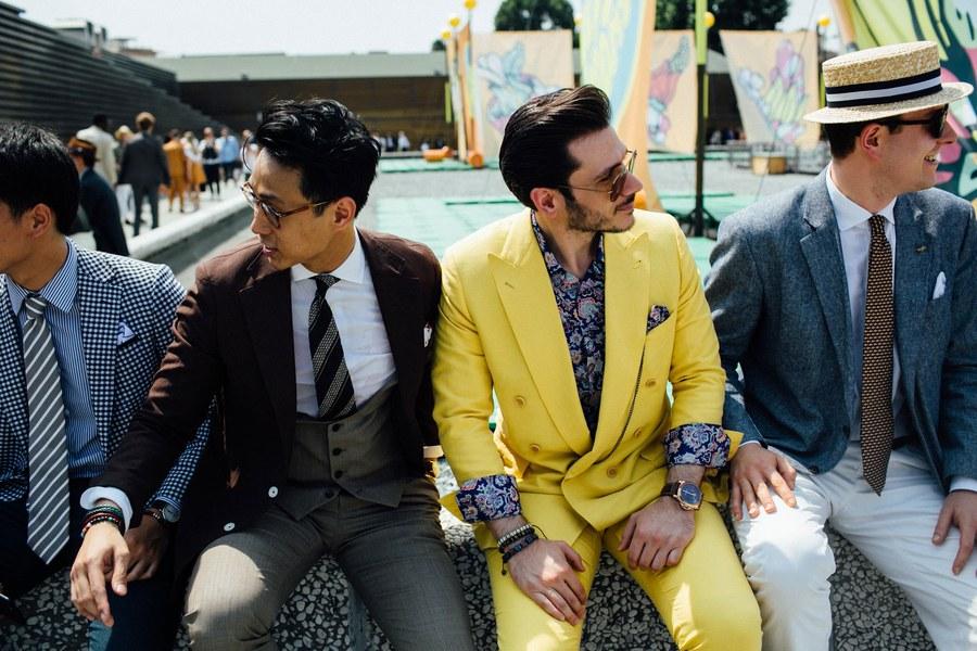 Bộ suits vàng và áo hoa - không phải ai cũng dám mặc.
