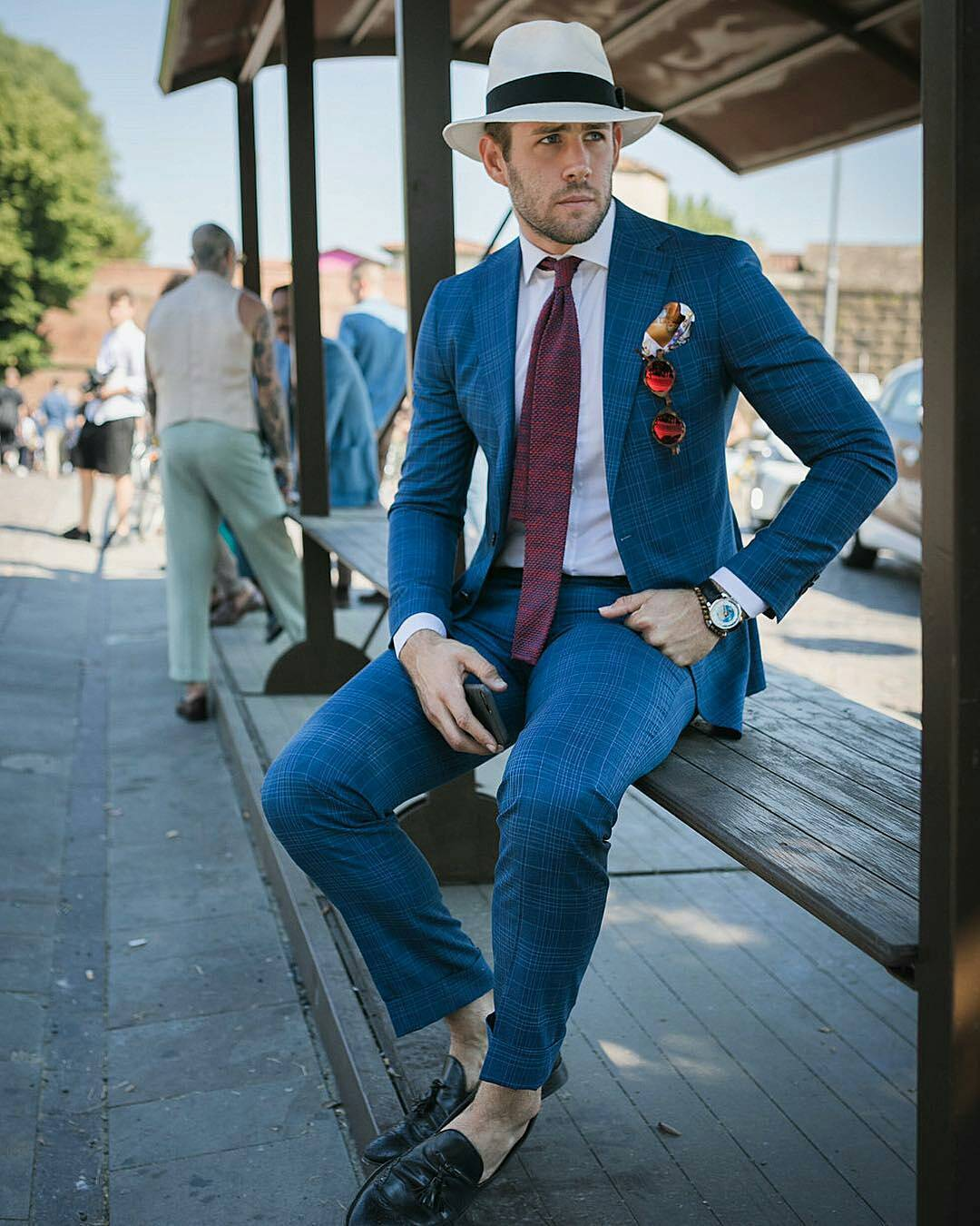 Một thiết kế suits xanh kẻ trẻ chung