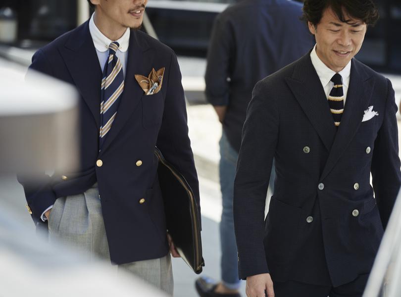Những bộ suits hai hàng khuy trong sắc xanh navy phần nào gợi tới đồng phục của phi công.