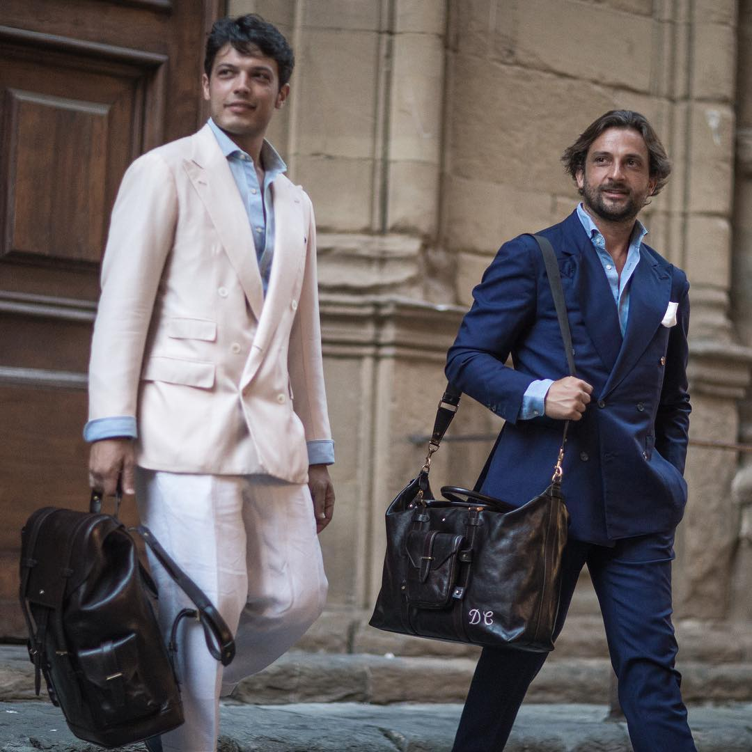Fabio La Mantia và Danilo Carnevale bên cạnh những chiếc túi từ Montblanc Heritage 1926