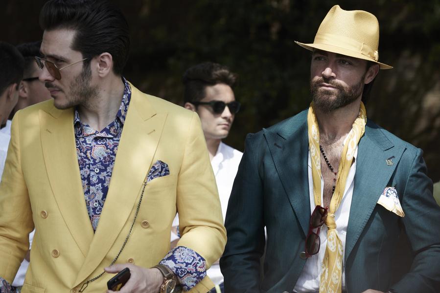 Chiếc khăn quàng và mũ cói vàng nổi bật trên chiếc áo khoác xanh cổ vịt
