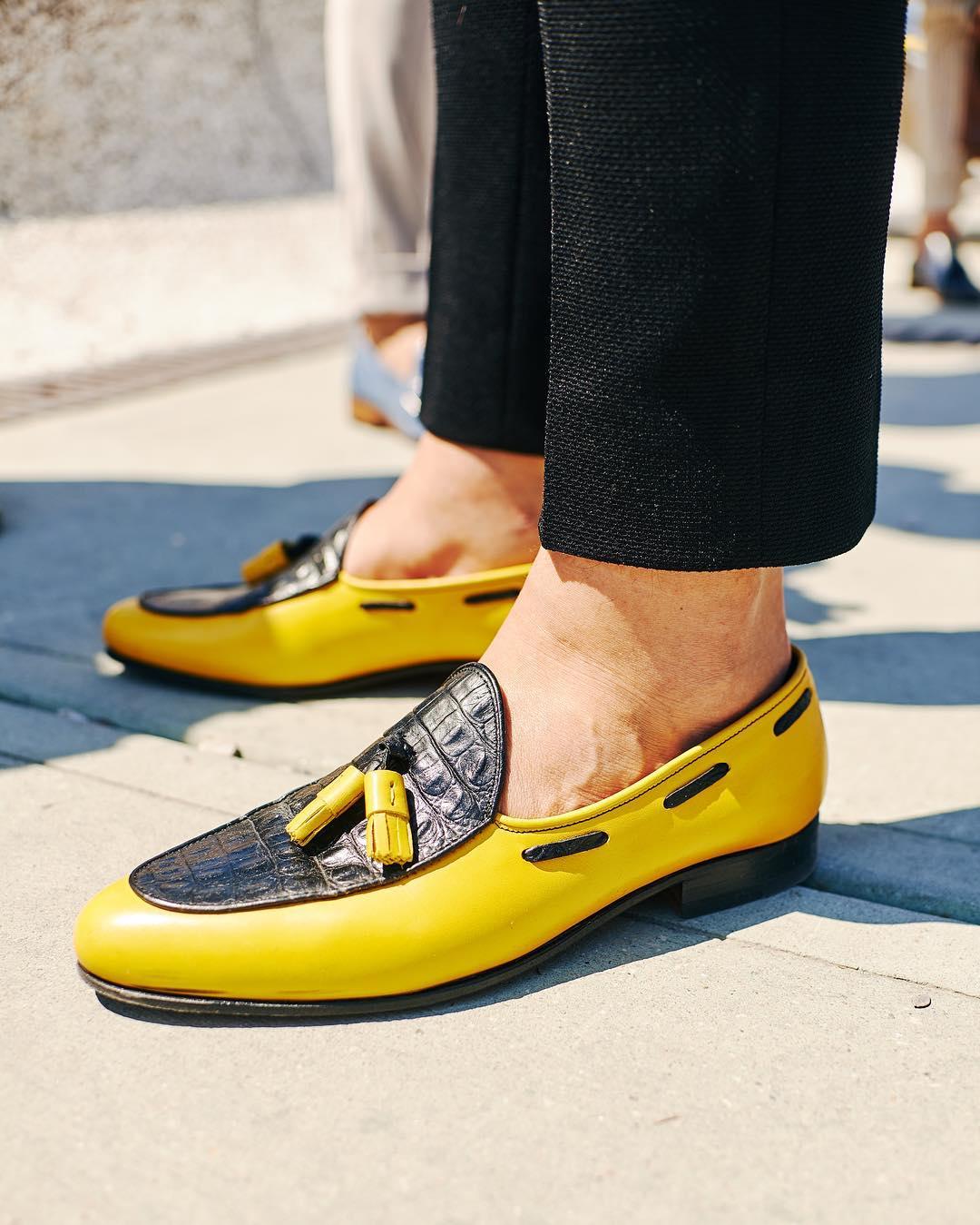 Đôi loafer vàng điểm đen nổi bật