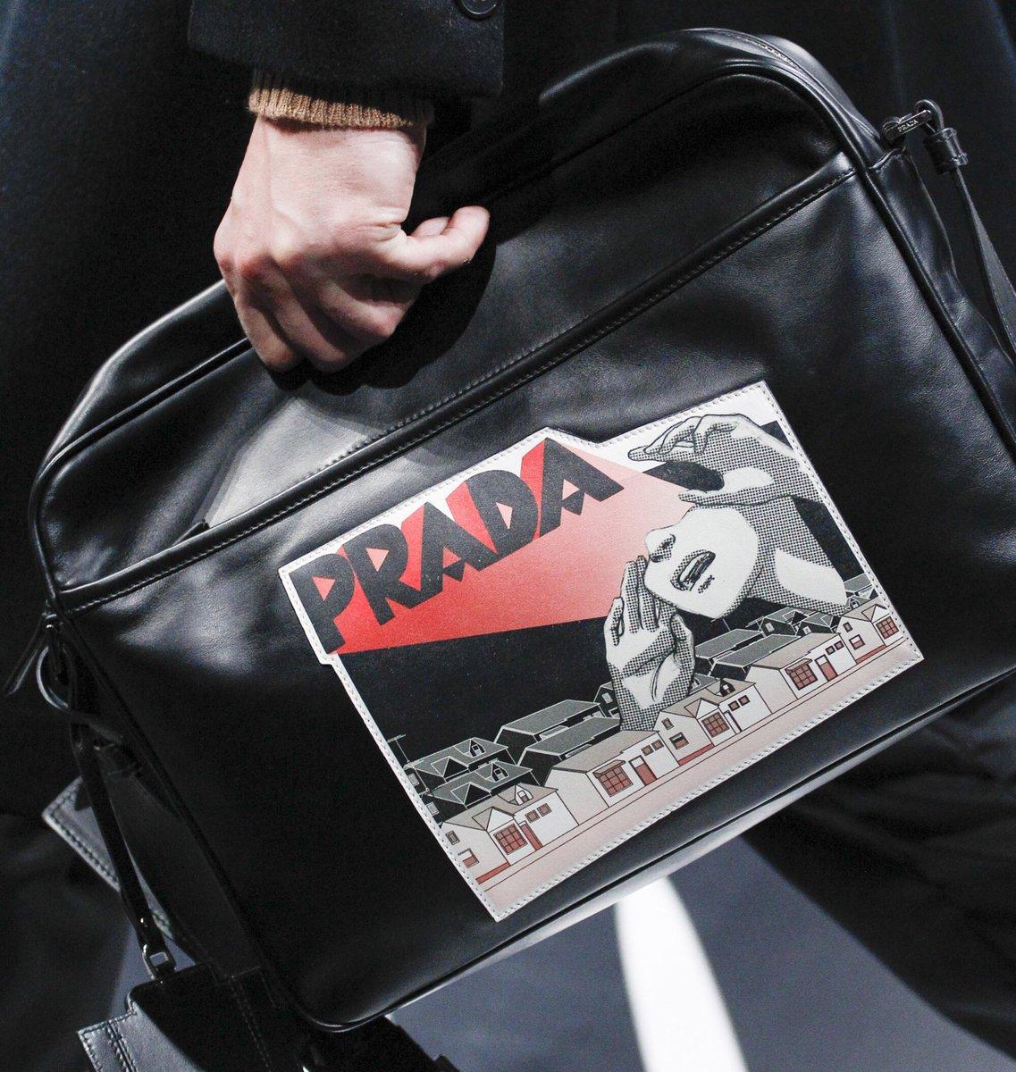 Hoạ tiết comic mang màu sắc siêu thực được thể hiện trên những chiếc túi của Prada