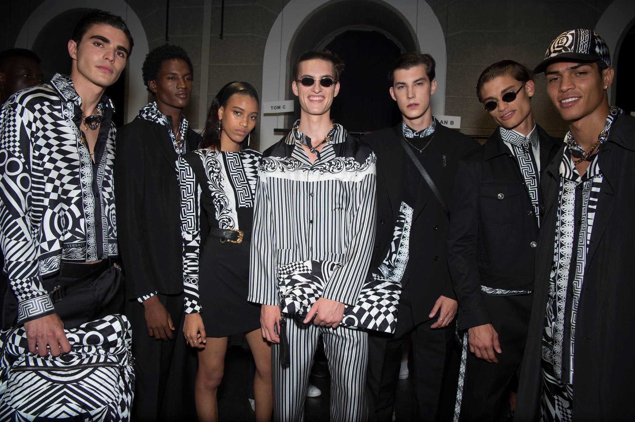 Phong cách thời trang truyền thống Versace trên dàn người mẫu đầy sức trẻ