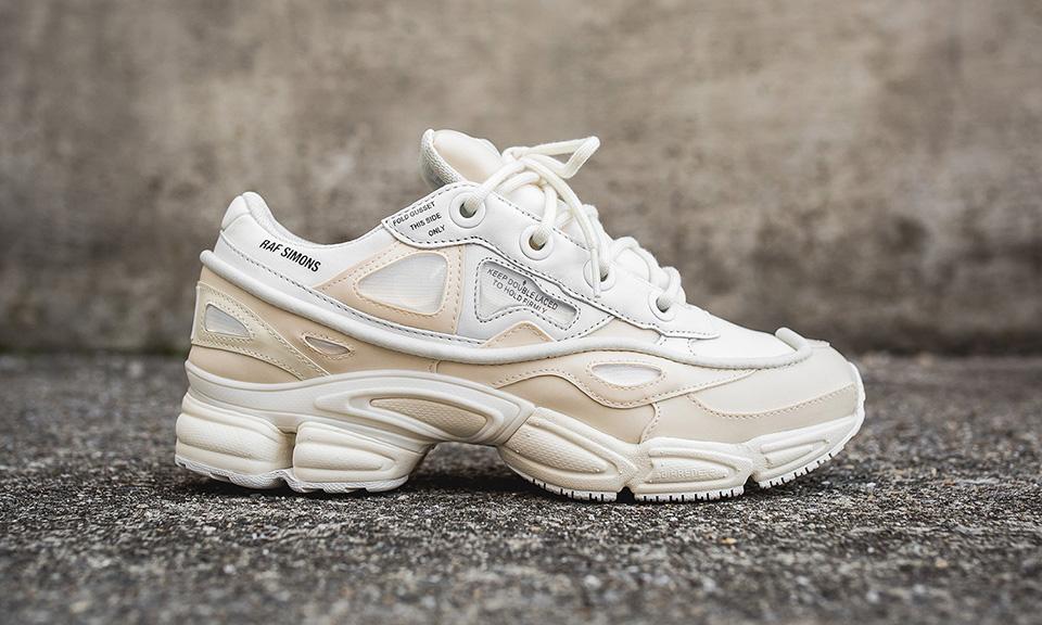 """giay the thao ugly sneakers raf simons adidas ozweego bunny cream elle man - 9 thiết kế giày thể thao """"Xấu Lạ"""" đáng chú ý nhất hiện nay"""