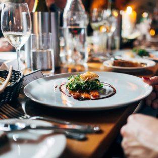16 quy tắc ứng xử tại nhà hàng mà một quý ông hiện đại cần biết