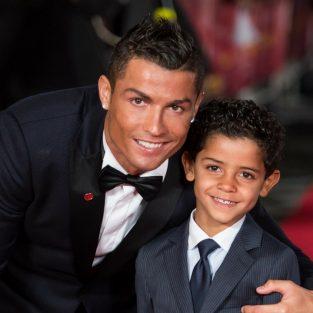 "Cristiano Ronaldo ""rủ rê"" con trai quảng bá quần jeans CR7"