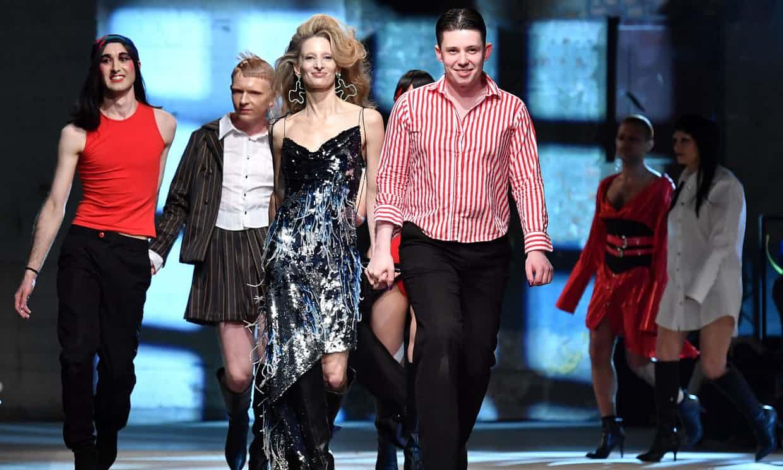 Nhà thiết kế của Art School - Eden Loweth và Tom Barratt cũng các người mẫu mặc trang phục của họ. Ảnh: Ben Stansall/AFP/Getty Images