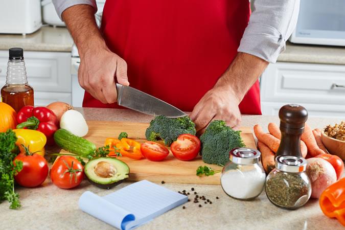 Cuoc-hen-ho-Mua-nao-an-thuc-do-ELLE-Man ''Công thức bếp núc'' nào làm nên một cuộc hẹn hò tại nhà hoàn hảo?