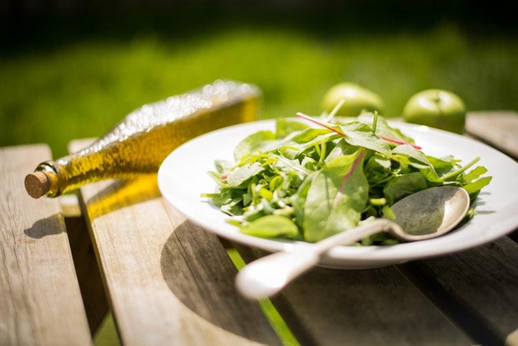 cuoc-hen-ho-Lam-salad-ELLE-Man ''Công thức bếp núc'' nào làm nên một cuộc hẹn hò tại nhà hoàn hảo?