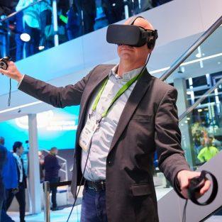 CES 2018:  ''Đại hội công nghệ'' - Nơi những ông lớn tranh tài