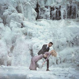 Ngắm nhìn những bức hình cưới đẹp như truyện cổ tích tại dòng thác đóng băng