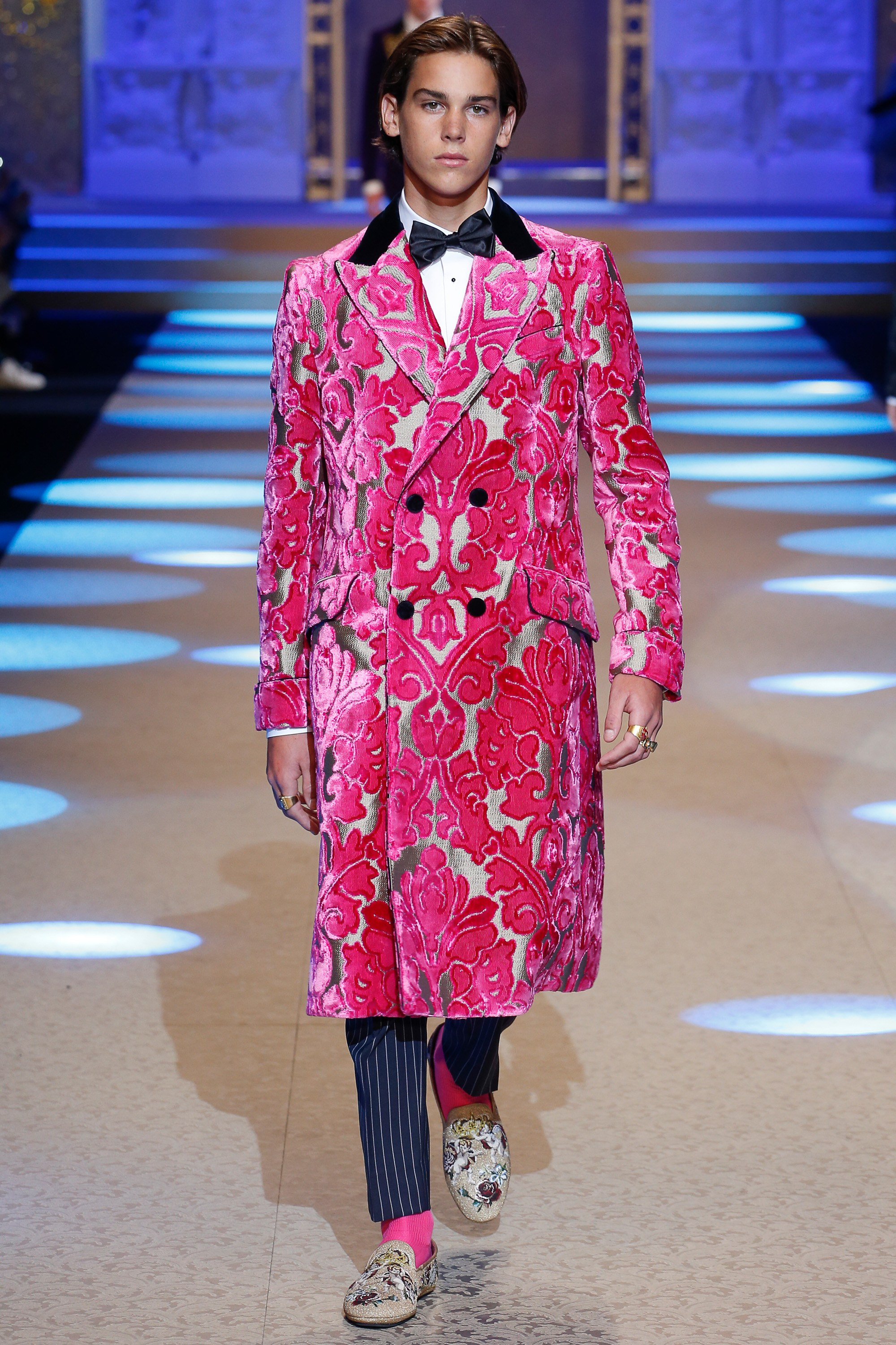 Áo khoác nhung với họa tiết hoa bản lớn. Ảnh: dolcegabbana