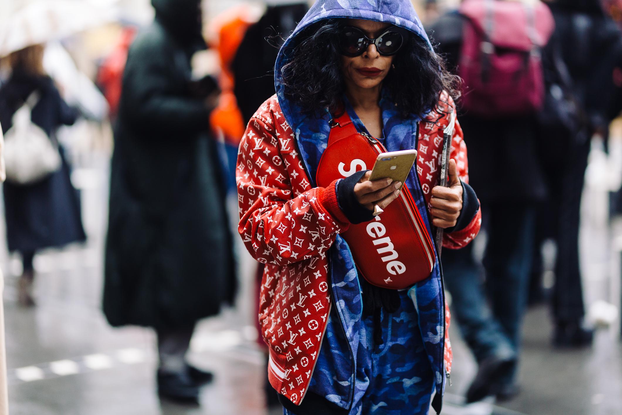 Đây thực sự là một tín đồ của hai hãng thời trang nổi tiếng Superme và Louis Vuitton. Màu đỏ kết hợp với xanh rằn ri mang lại phong cách cá tính, năng động.