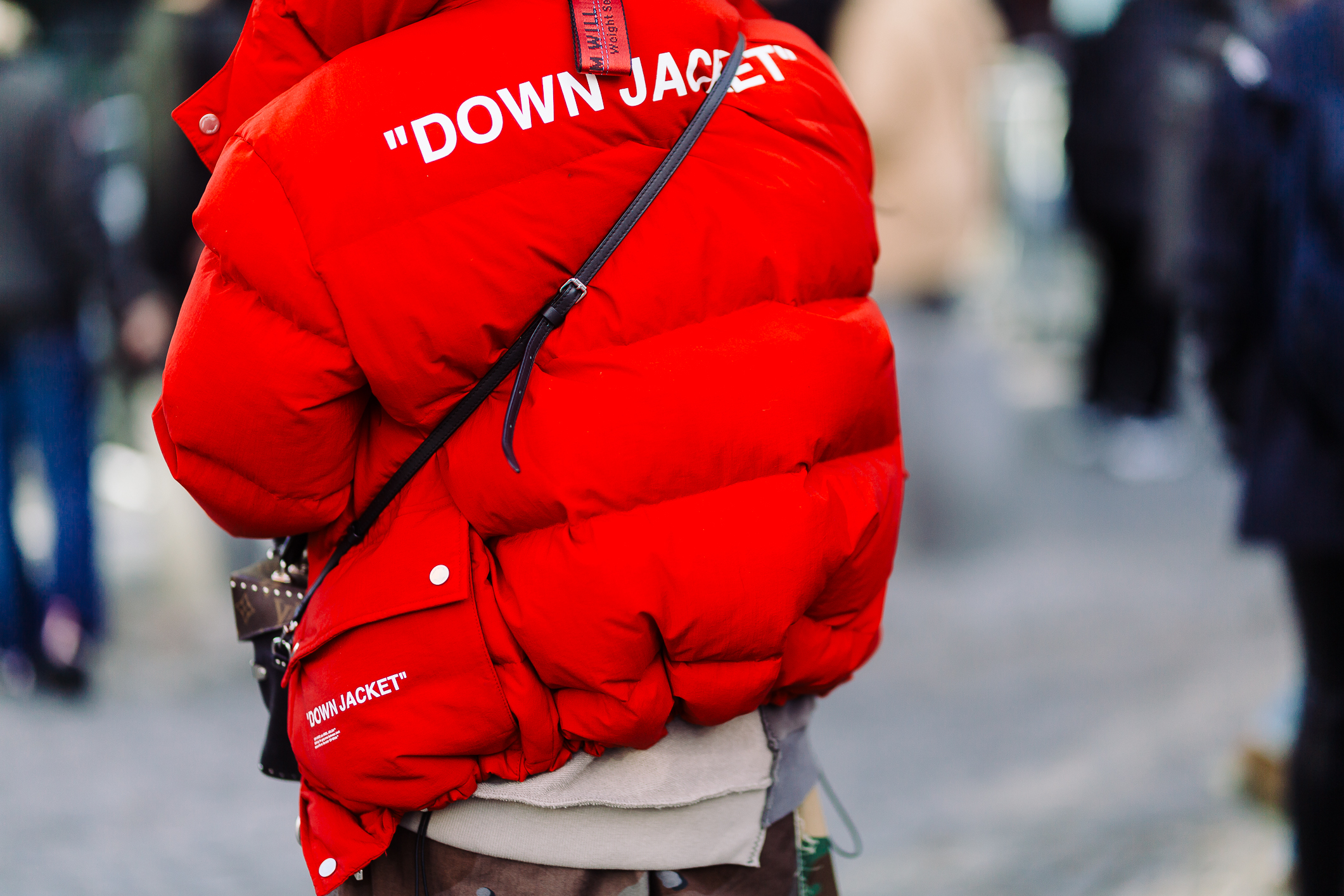 Sắc đỏ luôn là lựa chọn hoàn hảo cho các fashionista để tập trung sự chú ý của các nhiếp ảnh gia trong các tuần lễ thời trang.