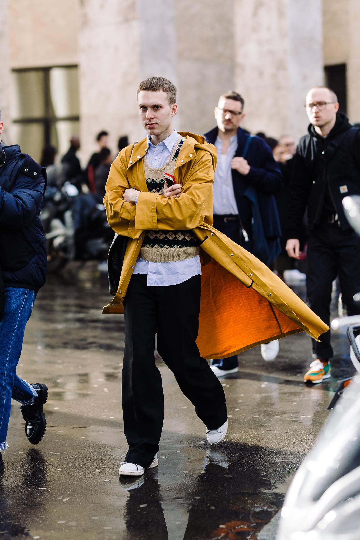 Aó khoác trench coat màu vàng đậm bên ngoài kết hợp áo len và sơ mi xanh nhạt bên trong, tạo nên những mảng màu tươi sáng cho những ngày mưa ảm đạm ở Paris