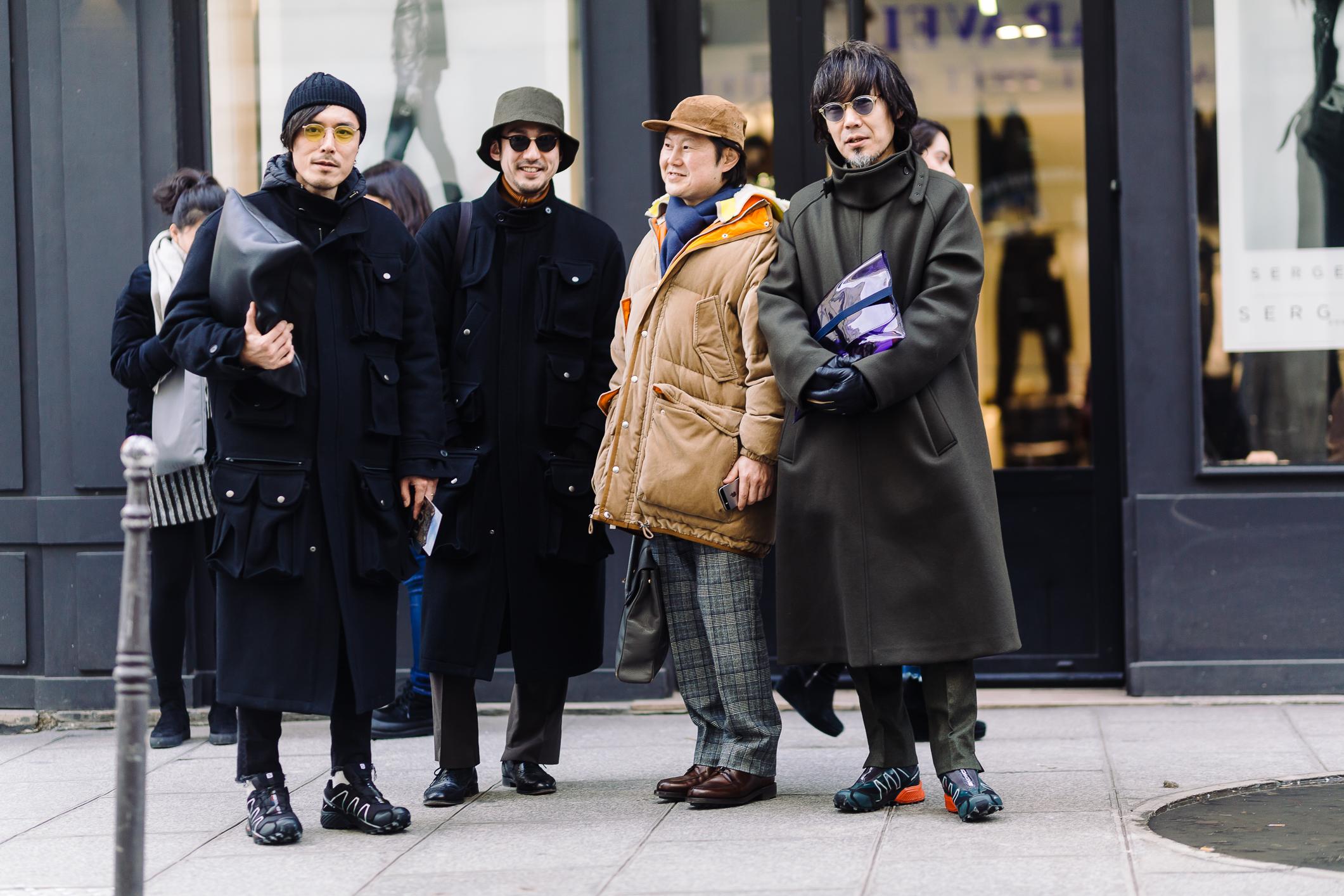 Ngoài những màu sắc trẻ trung năng động, những gam màu tối, trầm của những chiếc áo khoác oversive mang đến sự ấm áp