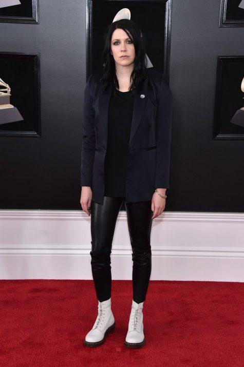 Đôi boot trắng của K.Flay đã khiến tổng thể cây đen chất lừ của cô trở nên nổi bật hơn