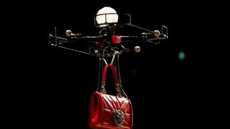 Máy bay drone đổ bộ trên sàn diễn Milan Thu-Đông 2018