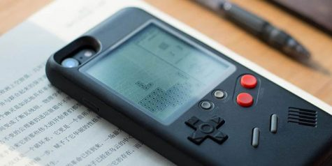 """Ốp lưng điện thoại """"biến"""" iPhone thành Game Boy"""
