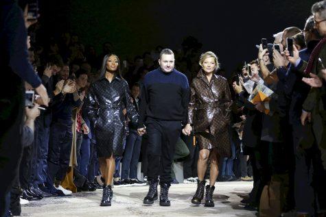 BST Thu – Đông 2018 những thiết kế cuối cùng của Kim Jones tại Louis Vuitton. Hai siêu mẫu huyền thoại Naomi Campbell và Kate Moss tái hợp trên sàn diễn thời trang, cùng Kim Jones thể hiện khoảnh khắc chia tay đáng nhớ. (Ảnh: nowfashion)