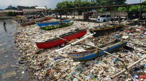 Trung bình con người đổ từ 4.8 đến 12.7 tấn chất thải nhựa ra biển mỗi năm. Ảnh: Barcroft Media / Getty Images