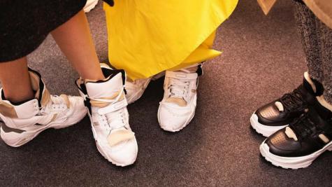 """Giày sneaker """"bị phá hoại"""" có chủ đích: 13 thiết kế ấn tượng qua năm tháng"""