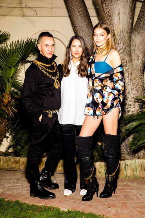 Jeremy Scott cùng Gigi Hadid tại buổi tiệc của ông tại Coachella trong 2 thiết kế thuộc bộ sưu tập