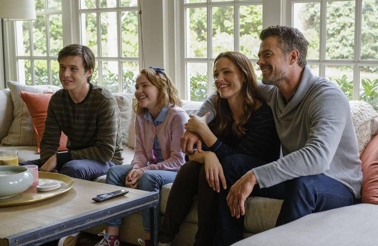 Cảnh kết nối giữa gia đình và Simon vào cuối phim sẽ khiến người xem xúc động.