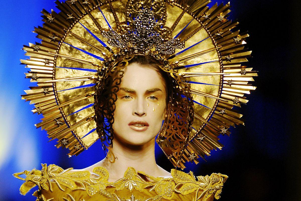 Nhà giám tuyển năm nay đã trải qua công trình nghiên cứu suốt 5 năm về mối quan hệ giữa thời trang và tôn giáo.