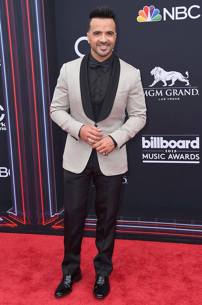 Luis Fonsi trông vô cùng lịch lãm với bộ suit này. Ảnh: REX SHUTTERSTOCK