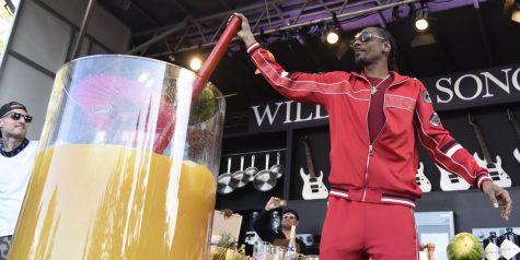 Snoop Dogg phá vỡ kỷ lục Guiness với ly rượu trái cây lớn nhất thế giới