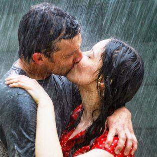 Vì sao trời mưa làm những nụ hôn lãng mạn hơn?