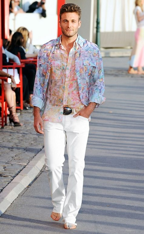 Áo họa tiết kết hợp với quần jean trắng sẽ là sự kết hợp tuyệt vời cho những chuyến đi biển. Ảnh: Imaxtree